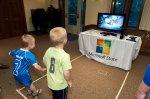 dzieci grają na konsoli xbox